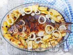 Пълнен цял шаран за Никулден с ориз върху картофи на фурна - снимка на рецептата